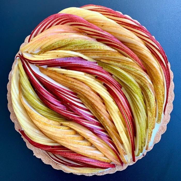 Mengandalkan buah apel dan pir, Lauren sukses membuat pie manis ini tampil semakin manis. Kalau berniat membuat pie seperti ini harus ekstra sabar ya. Foto: instagram @lokokitchen