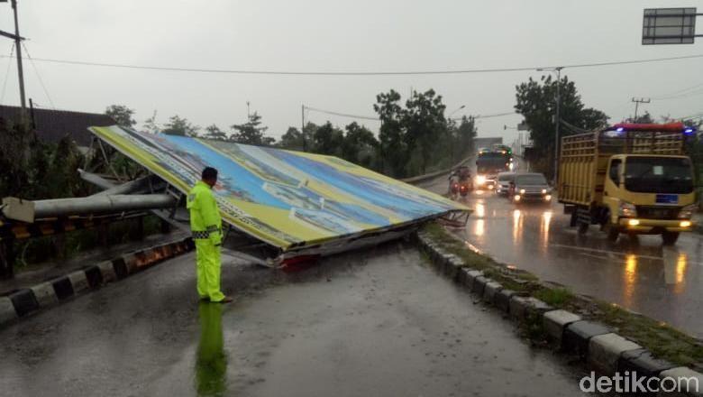 Baliho Roboh Tutup Jalan, Jalur Mengkreng Kediri Macet