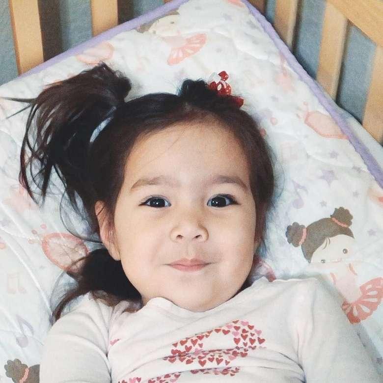 Bagi penggemar vlog unggahan Pita melalui Pitas Life pasti sudah tak asing lagi dengan Rachel. Anak perempuan Pita ini punya wajah unik berkat campuran darah Indonesia, Amerika, dan India. Foto: Instagram zrofficial