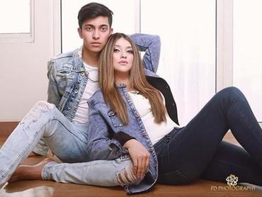 Pakai baju yang matching dengan anak, makin terlihat seperti kakak adik. (Foto: Instagram @sazarita)