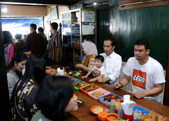 Difoto ini terlihat Jokowi, Iriana dan seluruh keluarga besarnya mampir ke salah satu warung soto kesukaannya di Solo. Menikmati soto Gading dengan aneka sate yang enak. Foto: Foto: Biro Pers Setpres