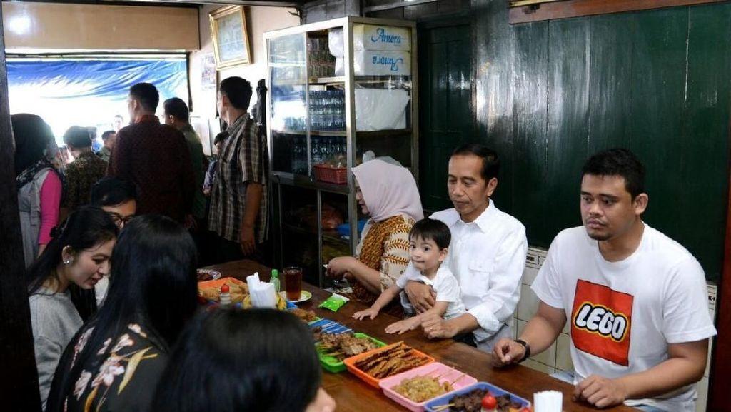 Potret Kesederhanaan Jokowi dan Keluarga Saat Kulineran Enak