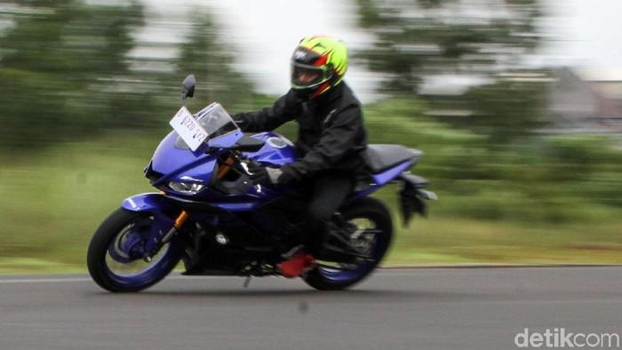 Segmen sport fairing 250 cc semakin lengkap setelah kehadiran Yamaha New YZF-R25 yang menemani Kawasaki New Ninja 250 dan Honda All New CBR250RR. Yuk kita adu.