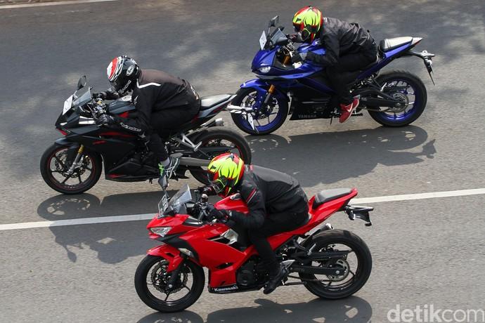 Dari segi desain, baik CBR250RR, New Ninja 250, maupun New YZF-R25 sama-sama mengusung desain agresif ala motor sport masa kini.