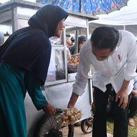 Lihat Asyiknya Presiden Jokowi Saat Jajan Cilok dan Pempek