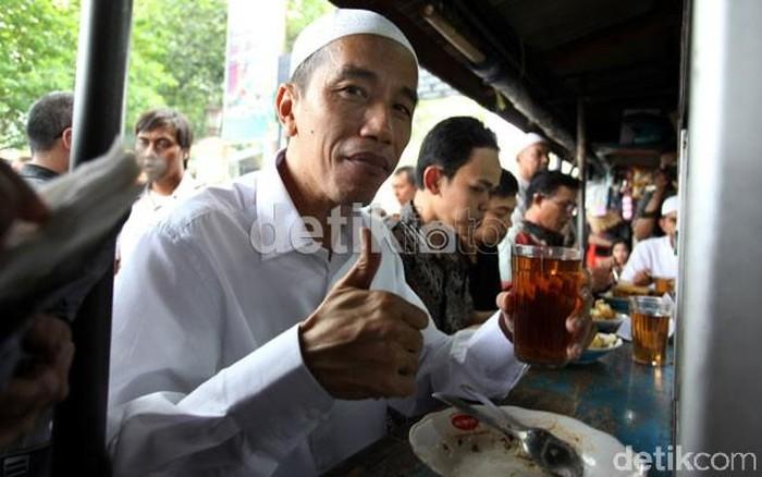 Bulan April tahun 2012, saat Presiden Jokowi mencalonkan diri sebagai Gubernur DKI Jakarta ia mampir ke sebuah warteg di dekat Masjid Sunda Kelapa. Jokowi menghabiskan seluruh makanannya dan menikmati segelas teh hangat. Foto: detikcom