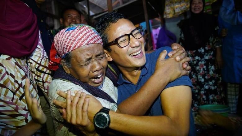 Pemulung Ini Menangis dan Peluk Sandi di Pasar Rembang