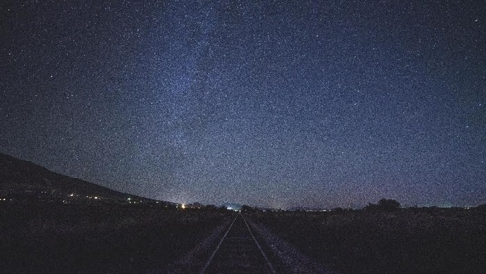 Ilustrasi taburan bintang di langit malam, yang paling terang namanya Sirius. (Foto: Photo by Greg Rakozy on Unsplash)