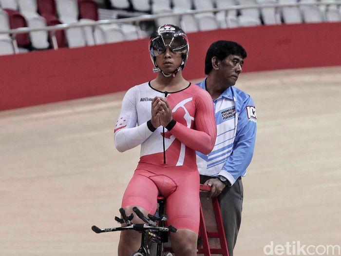 Seorang pebalap berdoa sebelum memacu sepedanya di Velodrome, Rawamangun, Jakarta Timur.