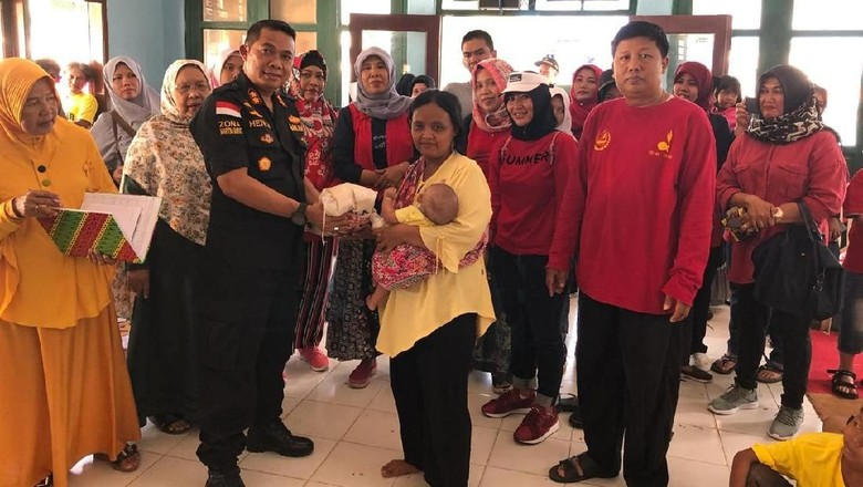 Komandan KN Belut Laut-4806 Serahkan Bantuan untuk Korban Tsunami Selat Sunda