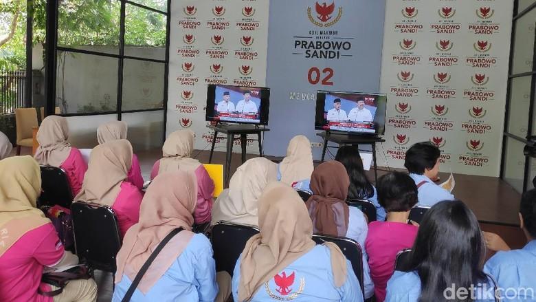 Tim Prabowo Nobar Tayangan Ulang Debat Pilpres 2014 Bareng Emak-emak