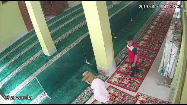 Pencuri memantau kondisi masjid.
