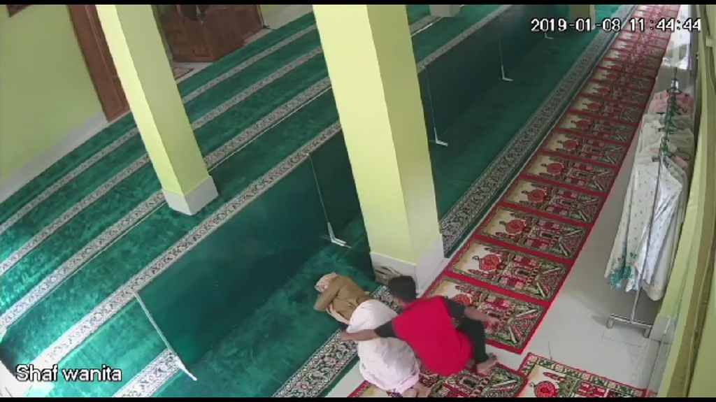 Terekam CCTV, Pencuri Gasak HP Jemaah yang Tidur di Masjid