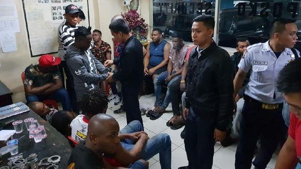 Belasan WNA asal Afrika diamankan di pos keamanan Apartemen Kalibata City..