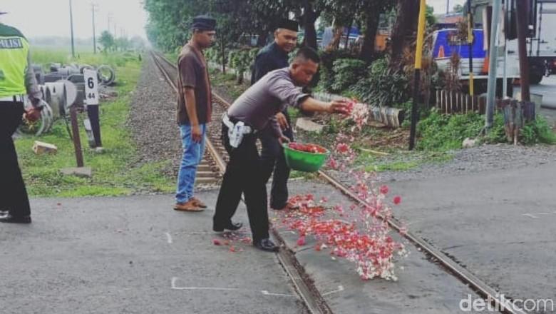 Doakan 5 Korban Tewas KA Vs Mobil, Polisi Tabur Bunga di Atas Rel