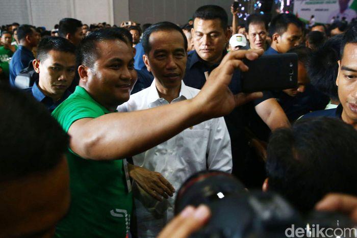 Para driver online selfie bersama Jokowi.