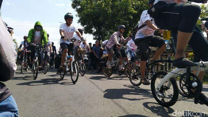 PT Kereta Api Indonesia (Persero) merangkul komunitas sepeda lipat yang ada di Bandung dan Tasikmalaya, untuk berpartisipasi dalam kegiatan Rail Bike Tasik Asik with Galunggung Train Sabtu (12/1/2019).