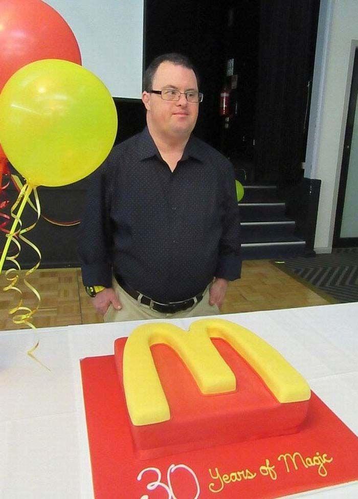 Kini Russell telah berusia 50 tahun dan telah pensiun. Ia bekerja di McDonald selama 32 tahun dan memberikan pelajaran hidup untuk rekan kerja lainnya. Istimewa/Boredpanda.