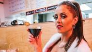 Sosok Sosialita yang Terkenal karena Makan Ayam Goreng Dicelupkan ke Soda