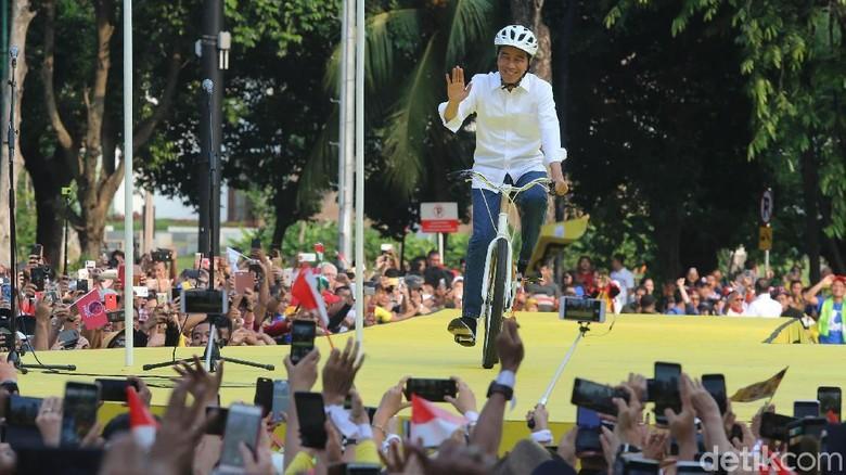 Hadiri Deklarasi Dukungan, Jokowi Naik Sepeda ke Panggung Acara