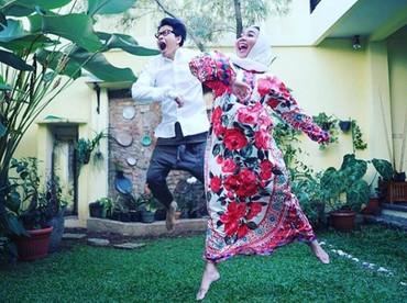 Meski sudah lama menikah, keduanya masih hangat seperti pasangan muda yang sedang berpacaran, Bun. (Foto: Instagram @dewigita01)