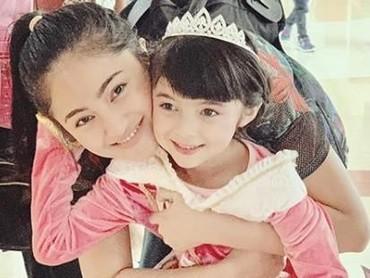 Saat perayaan ulang tahun Sienna, Marshanda nggak mau melewatkan untuk ikut merayakan. Cantik banget ya, Sienna berdandan ala Cinderella. (Foto: Instagram @marshanda99)