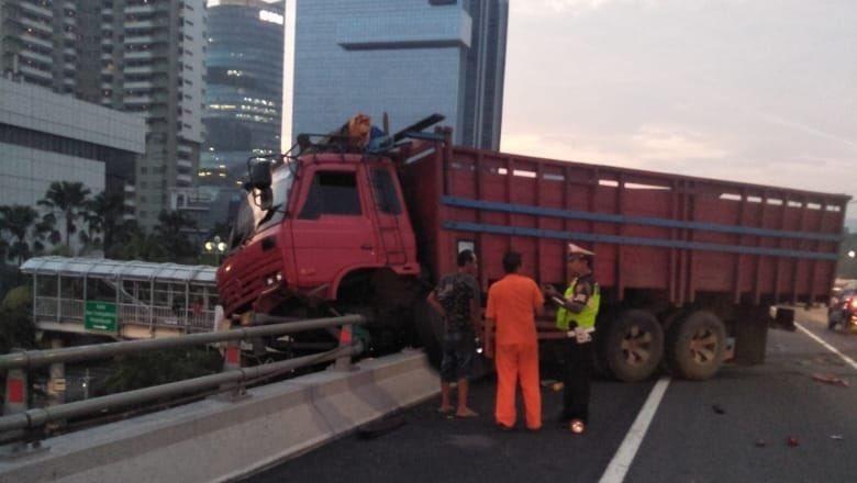 Tabrak Pembatas Jalan, Truk Nyaris Jatuh dari Flyover Tol Slipi