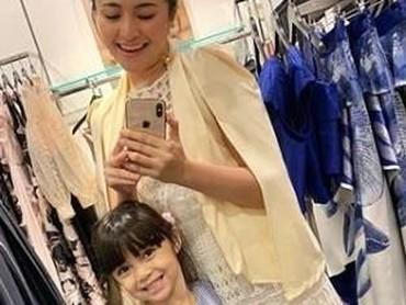 Punya anak perempuan yang sudah beranjak besar memang seru ya. Nih, buktinya sudah mulai bisa diajak shopping bareng. (Foto: Instagram @marshanda99)