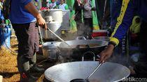Menengok Dapur Umum untuk Pengungsi Puting Beliung