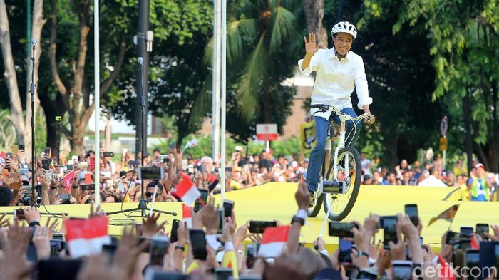 Jokowi mengendarai sepeda bambu (Foto: Ari Saputra)