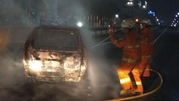 Kondisi mobil yang terbakar di Tol Dalam Kota depan Balai Kartini.