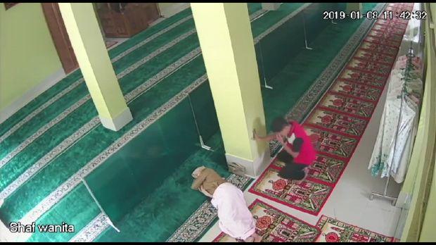 Pencuri itu kemudian mengambil HP milik jemaah yang tidur di masjid.