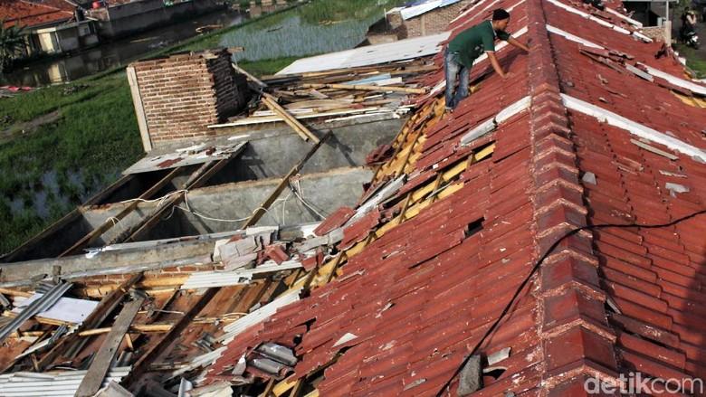 Warga Mulai Memperbaiki Rumahnya Usai Kena Puting Beliung