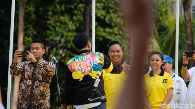 Usai Deklarasi Alumni Kampus, Jokowi Dapat Jaket Kerja Kerja Kerja