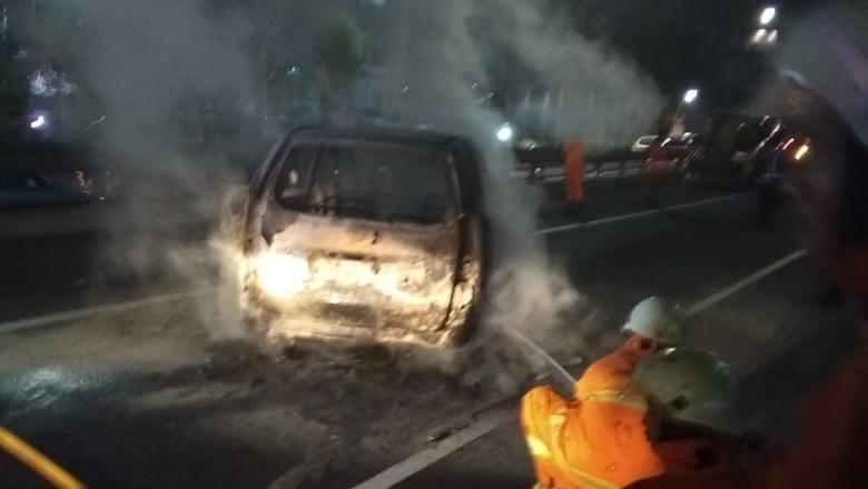 Mobil Terbakar di Tol Depan Balai Kartini Padam, Lalin Masih Padat