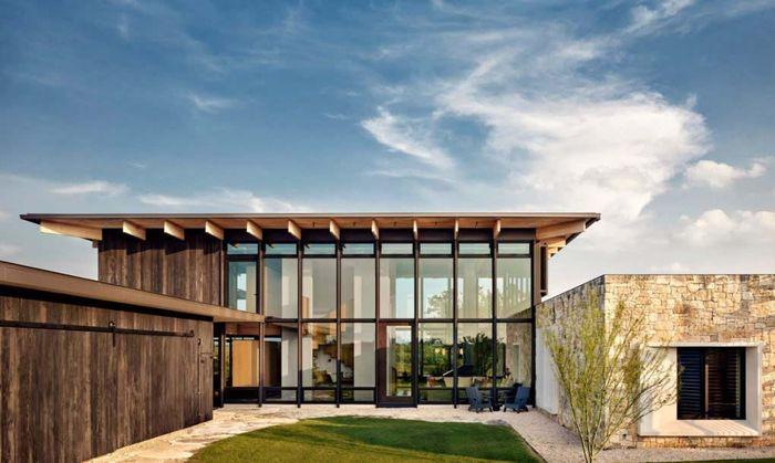 Bahan yang digunakan untuk membangun rumah ini adalah kayu dan batu alam. Casey Dunn/Inhabitat.com.
