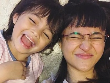Ibu dan anak ini selalu punya cara seru untuk menghabiskan waktu bersama. Selfie aja sudah bikin mereka happy ya. (Foto: Instagram @siennakasyafani)