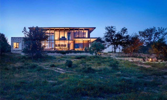 Arsitek Michael Hsu membuat rumah nyaman bernama Llano Retreat. Rumah ini didesain untuk keluarga besar dengan konsep outdoor. Casey Dunn/Inhabitat.com.