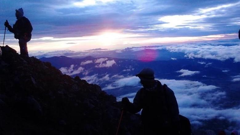 Sunrise di Puncak Gunung Kerinci
