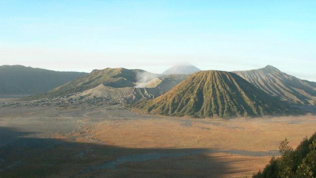 Senangnya Para Turis Menikmati Nyepi di Sekitar Gunung Bromo