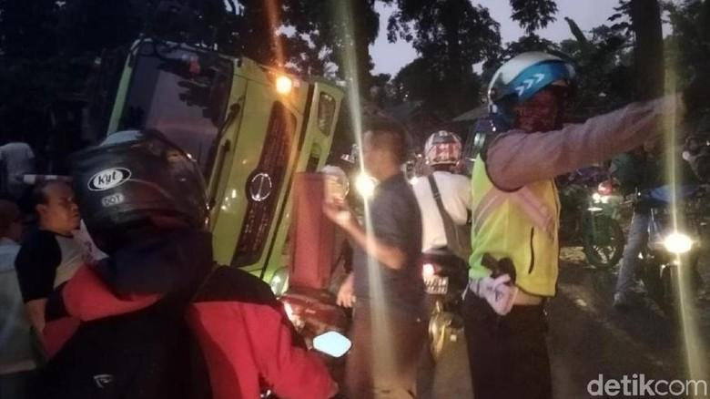 Truk Fuso Terguling Timpa City Car di Sukabumi, Sopir Terjepit