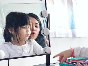 Sienna lagi unjuk hasil karyanya nih ke Bunda Marshanda. Di sela-sela kerja, Marshanda tampak sangat antusias melihat hasil mewarnai putri kecilnya. (Foto: Instagram @marshanda99)