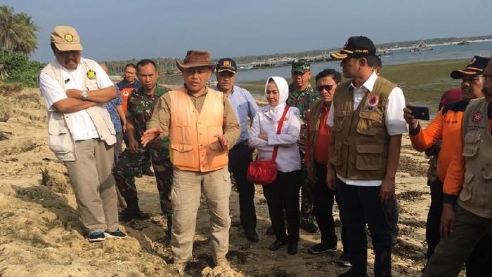 Peneliti LIPI menunjukan potensi tsunami di kawasan Jawa kepada Kepala BNPB Letjen Doni Monardo.Foto: arief/detikcom