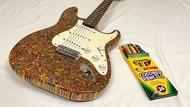 Keren! Gitar Ini Terbuat Dari 1.200 Batang Pensil Warna