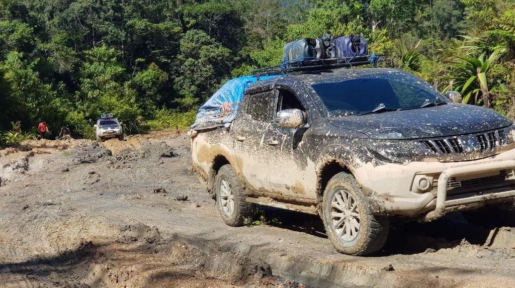 Kendaraan Banyak Terjebak di Jalan Trans Papua yang Rusak