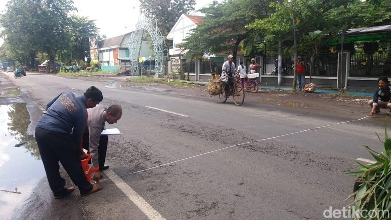 Bus Tabrak Motor, Suami dan Anak Selamat, Istri Tewas