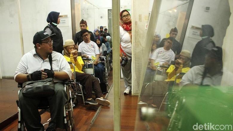 Senyum Semringah Penyandang Disabilitas Kunjungi Museum Keramik