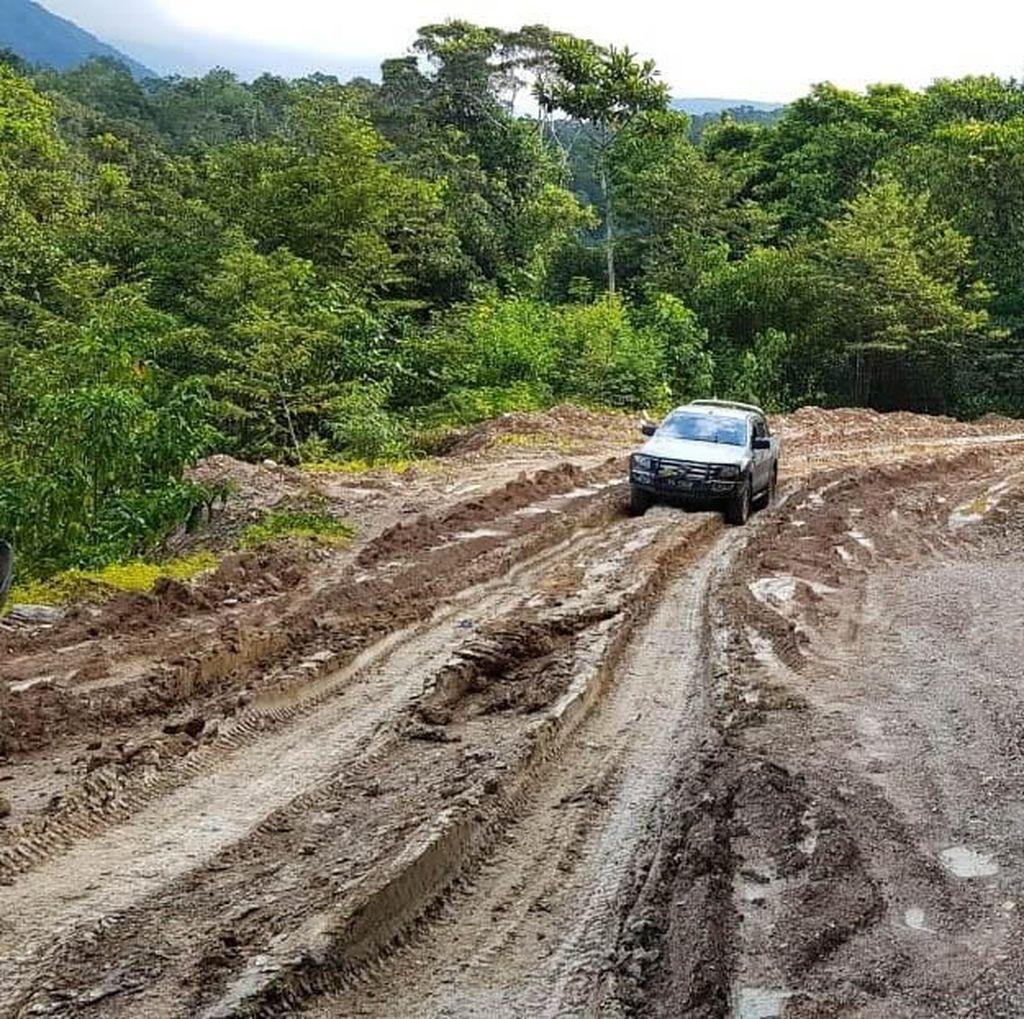 Jalan Trans Papua Amburadul Gara-gara Cuaca Buruk