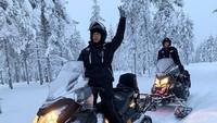 Selain main salju di taman, Nadine dan Dimas juga main Ski Doo. Tetap kompak dan mesra adalah kuncinya! (nadinelist/Instagram)