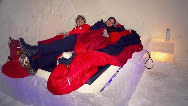 Yang bikin beda, pasangan ini menginap di kamar tidur yang juga terbuat dari es. Brrr! (nadinelist/Instagram)